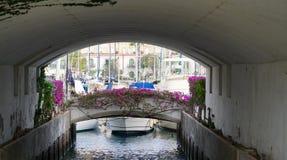 Onder een brug in een habor Stock Foto