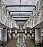 Onder een brug stedelijk water. Royalty-vrije Stock Fotografie