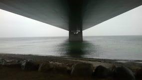 Onder een grote brug Royalty-vrije Stock Fotografie
