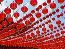 Onder een luifel van rode Chinese lantaarns bij een Chinese tempel in Maleisië Royalty-vrije Stock Foto's