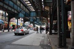 Onder een opgeheven trein in de Stad van New York Stock Afbeeldingen