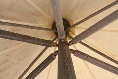 Onder een paraplu/een parasol stock afbeeldingen