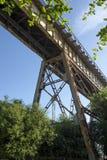 Onder een treinlatwerk tegen blauwe hemel stock foto