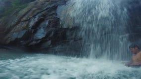 Onder een waterval in Kambodja met een Lokale gids stock video