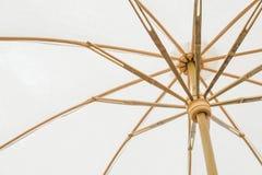 Onder een witte paraplu Stock Afbeeldingen