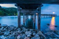 Onder Houten brug onTwilight overzees bij het Nationale Park van Khao Laem Ya, Rayong Stock Afbeeldingen