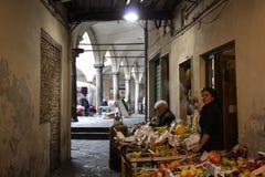 Onder kluizen van oud Pisa Stock Foto's