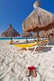 Onder parasol bij Caraïbische Zee Royalty-vrije Stock Fotografie