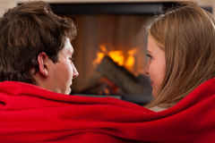 Onder rode deken Royalty-vrije Stock Afbeeldingen