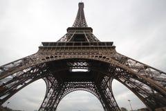 Onder van de torenparijs van knieeiffel romatic het symboolarchitectuur Frankrijk Stock Foto