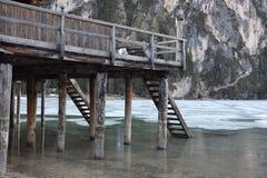 Onder van het Zuid- dolomietitalië van het pijlermeer braies Tirol Royalty-vrije Stock Foto