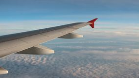 Onder vleugel van passagiersvliegtuig van wolk stock footage