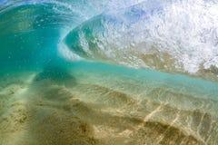Onder watermening van het Kleine golf breken over zandig strand bij waimeabaai Hawaï Royalty-vrije Stock Afbeelding