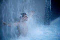 Onder waterval Stock Foto's