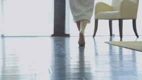 Onderaan beenmening van vrouw het lopen in ruimte met naakte voet stock video