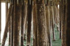 Onderaan een pijler met het overzees royalty-vrije stock afbeelding