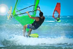 Onderaan mening van Windsurfing tref voorbereidingen om de golf te vangen Stock Fotografie