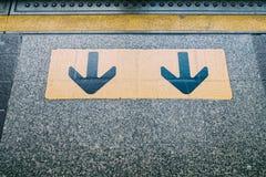 Onderaan pijlsignaal, voorzichtig zijn Passagiers die de trein verlaten Royalty-vrije Stock Foto's
