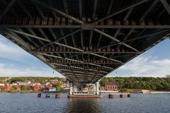 Onderaan Portage-de brug van de Meerlift met Houghton op achtergrond stock afbeeldingen