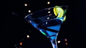 Onderaan van mening van barman die blauwe cocktaildrank op een atmosfeer van de de lijstdisco van de discobar gieten stock videobeelden