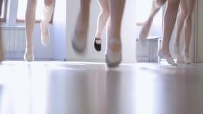 Onderaan zijaanzicht die van jonge wijfjesvoeten in modelschool springen stock videobeelden