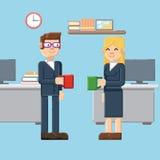 Onderbreking, mannelijke en vrouwelijke karakters in het bureau Stock Afbeelding