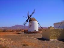 Onderbreking op Fuerteventura - windmolen Stock Foto's