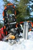 Onderbreking van de winterpret met koffie en koekjes Stock Fotografie