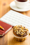 Onderbreking voor koffie en muffin op het kantoor Royalty-vrije Stock Fotografie