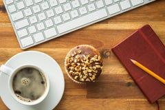 Onderbreking voor koffie en muffin op het kantoor Stock Afbeeldingen