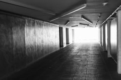 onderdoorgang Donkere abstracte ondergrondse tunnel Royalty-vrije Stock Afbeelding