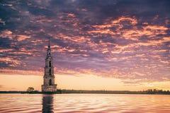 Ondergedompelde klokketoren in rivier mooie zonsopgang Stock Afbeeldingen