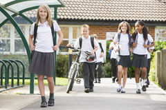 Ondergeschikte schoolkinderen die school verlaten royalty-vrije stock foto's