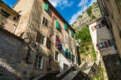 Ondergoed het drogen op de kabel in de oude werf in Montenegro, Europa Stock Afbeelding