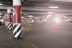 Ondergronds parkeerterrein met een streek, sector van rode gekleurde kolommen royalty-vrije stock foto's