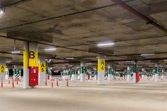 Ondergronds parkeerterrein zonder auto's, met geëtiketteerde secties Stock Afbeelding