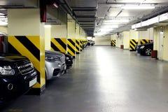 Ondergronds parkeren binnenshuis Stock Afbeeldingen