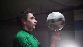 Ondergronds parkeren Een jonge voetbalmens die de bal op zijn vinger spinnen stock videobeelden
