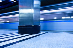Ondergronds platformbinnenland met bewegingstrein Stock Fotografie