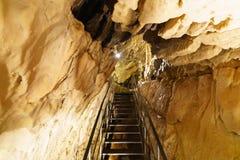 Ondergrondse grottes stock afbeeldingen
