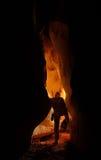 Ondergrondse holpassage met een caver royalty-vrije stock fotografie