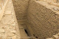 Ondergrondse ingang dichtbij de piramide Oude Gebouwen royalty-vrije stock afbeelding