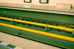 Ondergrondse lijnen of metrosporen in geel en groen Praag Royalty-vrije Stock Foto