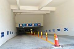 Ondergrondse parkereningang Stock Foto