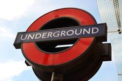 Ondergrondse sighn vóór de post van Westminster Stock Afbeelding
