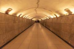 Ondergrondse tunnel met rond plafond stock foto's