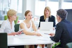 Onderhandeling in commerciële teamvergadering stock afbeelding