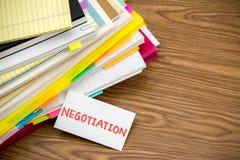 Onderhandeling; De Stapel van Bedrijfsdocumenten op het Bureau stock foto's