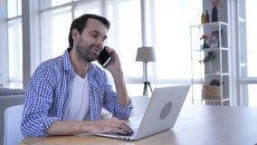 Onderhandeling, toevallige baardmens die op telefoon op het werk spreken om plan te bespreken stock videobeelden