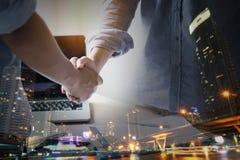 onderhandelingen en bedrijfssuccesconcept, zakenlieden die hand schudden royalty-vrije stock foto's
